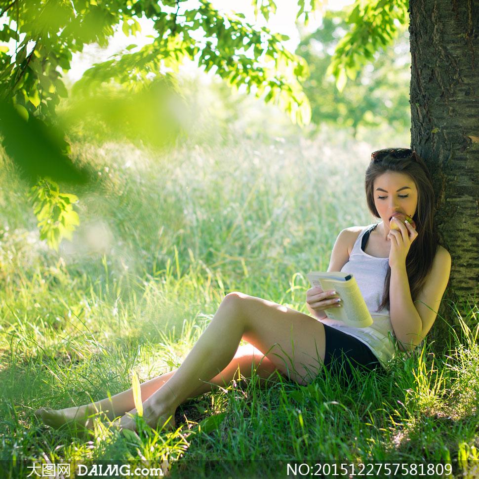 树荫下看书的长发美女摄影高清图片