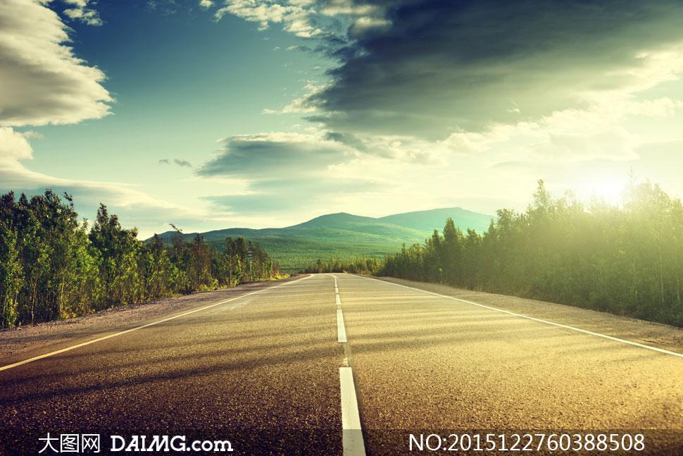 天空公路与远山树林等风景高清图片