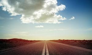 公路与在天空中飘着的白云高清图片