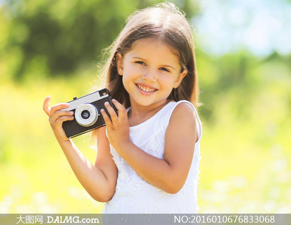 田野上的白裙子小女孩摄影高清