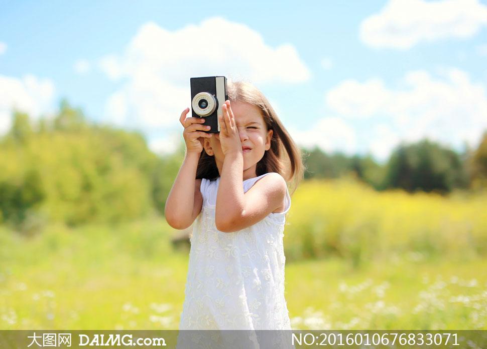 白裙小花鲜花花朵花卉长发秀发中分老式相机照相机拍照树木树丛树林
