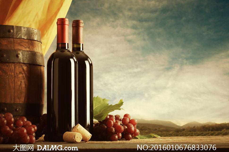 橡木桶与葡萄酒等近景特写高清图片