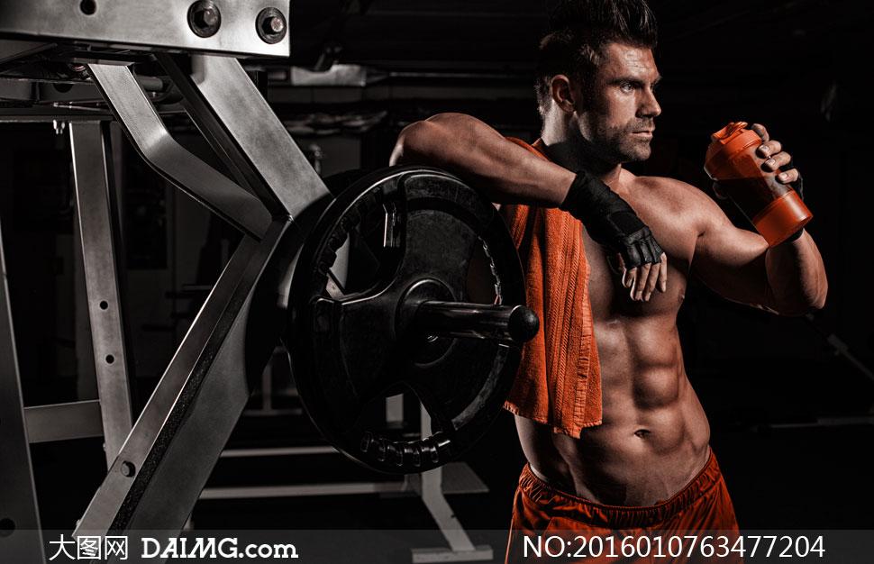 靠着器械的健身肌肉男摄影高清图片