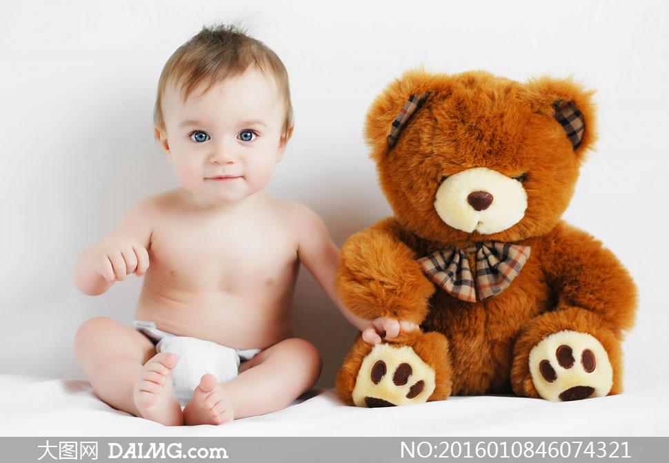 可爱小宝宝与玩具小熊摄影高清图片