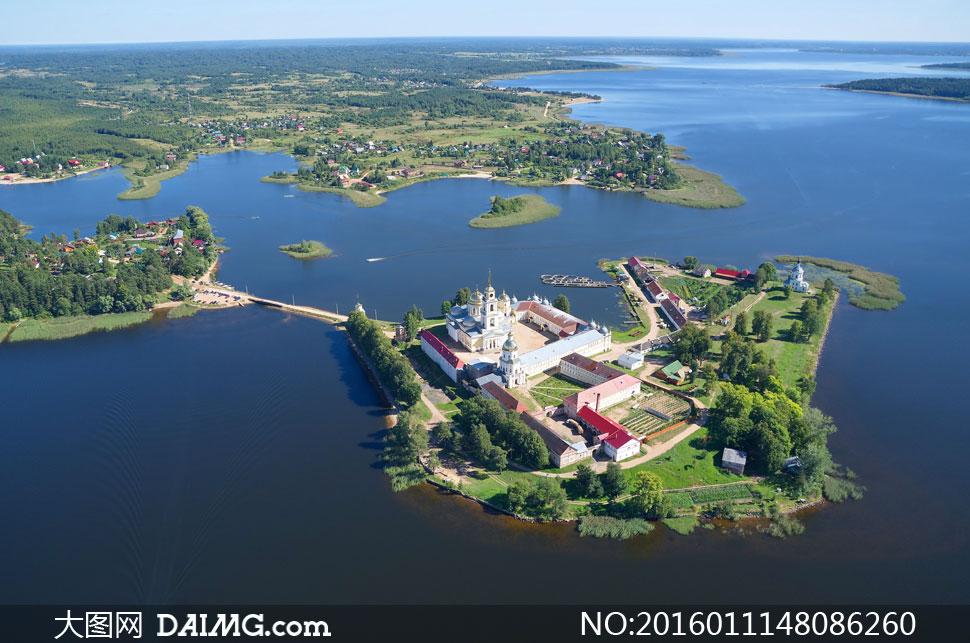 湖中小岛上的教堂风光摄影高清图片