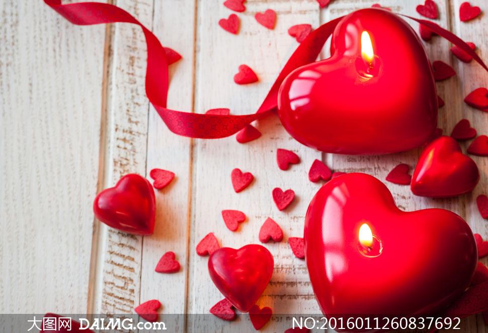 放在木板上的心形蜡烛摄影高清图片