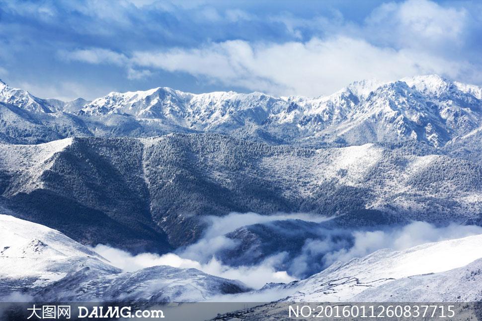 蓝天白云茫茫雪山风光摄影高清图片