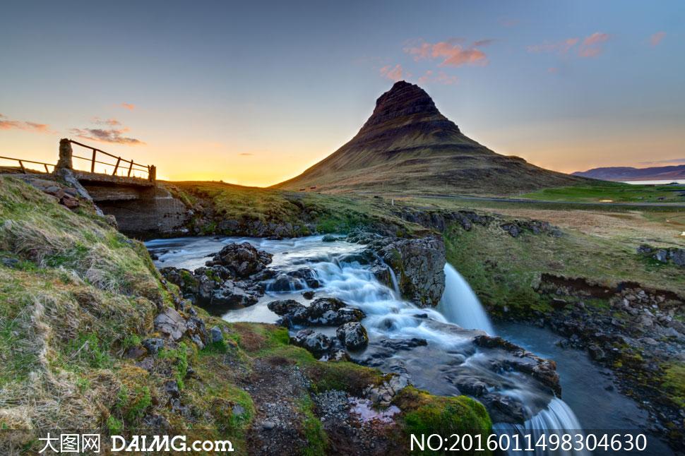 一匹马与山丘瀑布风景摄影高清图片         流经山谷的小瀑布景观