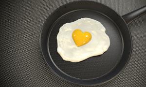 在平底锅里的心形煎蛋摄影高清图片