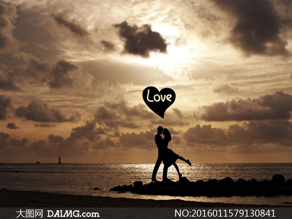 黄昏傍晚海边情侣人物剪影高清图片