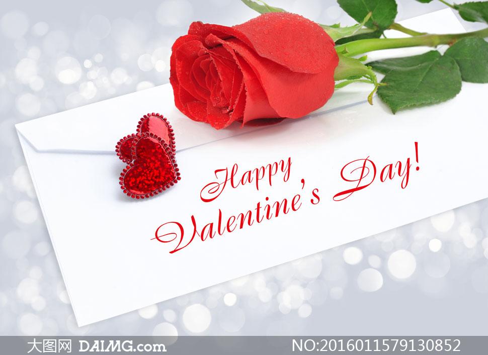 放在白色信封上的红玫瑰花高清图片