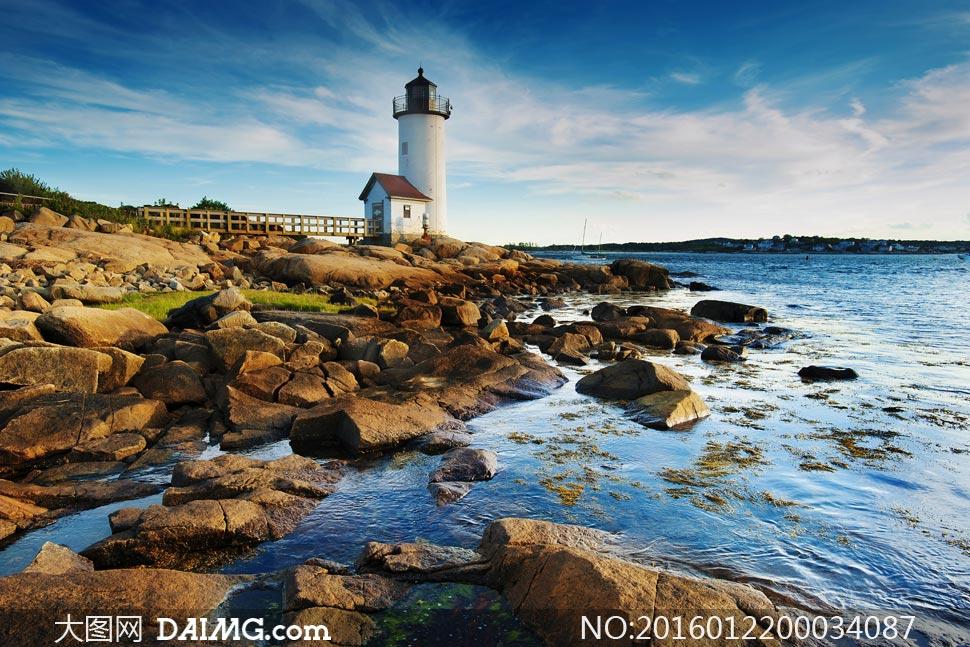 海边灯塔和石头摄影图片