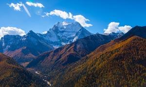 蓝天下的稻城雪山摄影图片