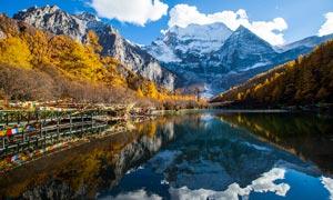 稻城雪山下的河道美景摄影图片