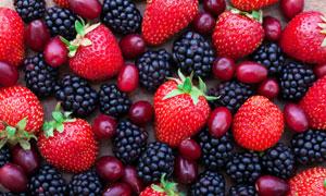 黑色桑葚与红色的草莓摄影高清图片