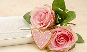 粉色玫瑰花与心形小点心等高清图片