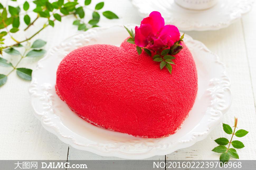 红色桃心形状蛋糕特写摄影高清图片