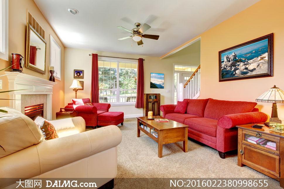 在客厅房间里的红色沙发等高清图片