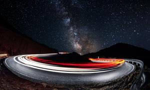 浩瀚星空与繁忙交通长曝光摄影图片