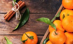 肉桂与托盘上的柑橘等摄影高清图片