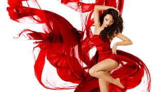 揮著綢子起舞的抹胸裝美女高清圖片