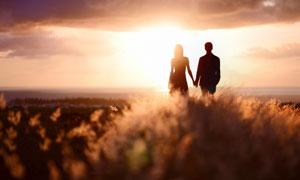 手牵手的情侣男女剪影摄影高清图片