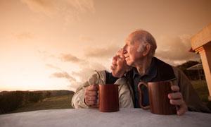 享受愜著意時光的老年夫婦高清圖片