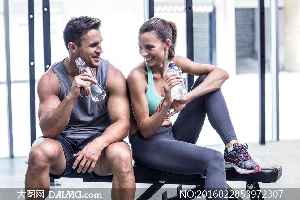 坐休息登上的健身男女摄影高清图片