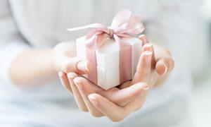 拿在手心里的礼物特写摄影高清图片