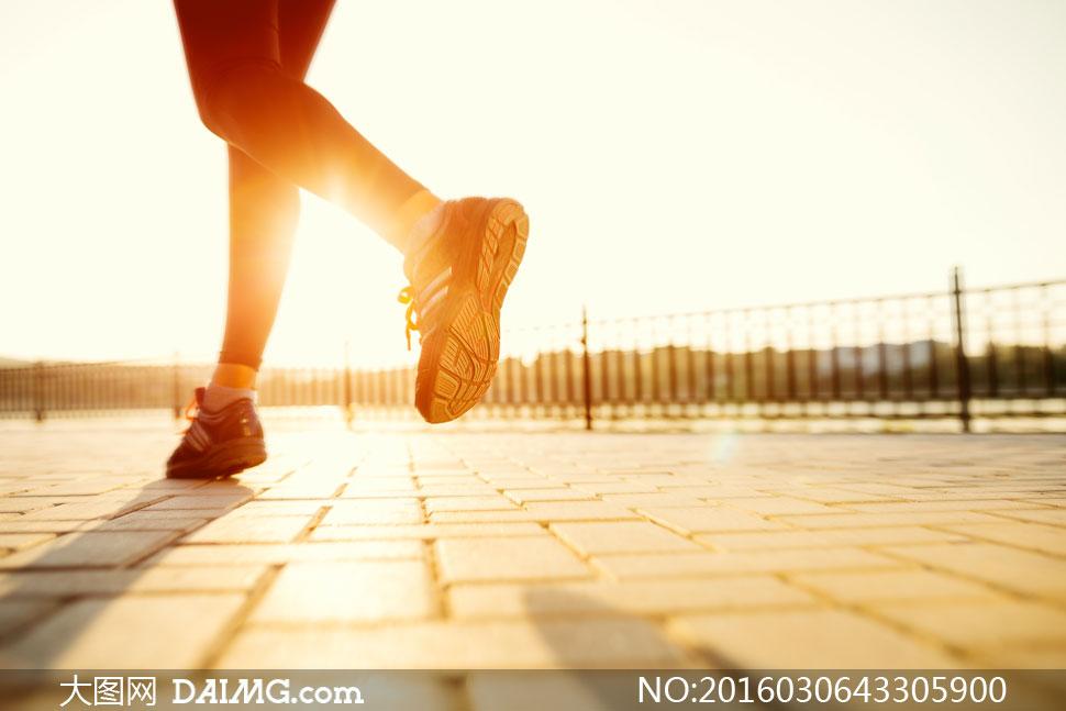 关 键 词: 高清大图图片素材摄影人物局部跑步体育运动地面铺砖阳光