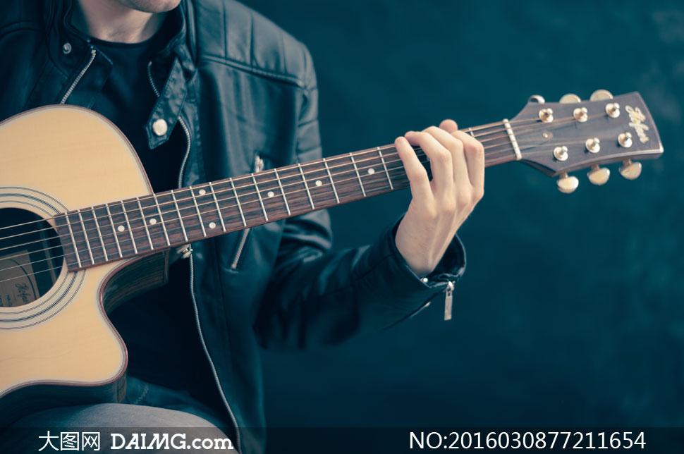 弹吉他的男人局部特写摄影高清图片