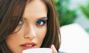 捧着咖啡杯的美女人物摄影高清图片
