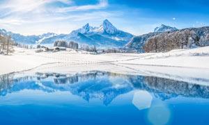 冬季山顶湖泊和雪景摄影图片