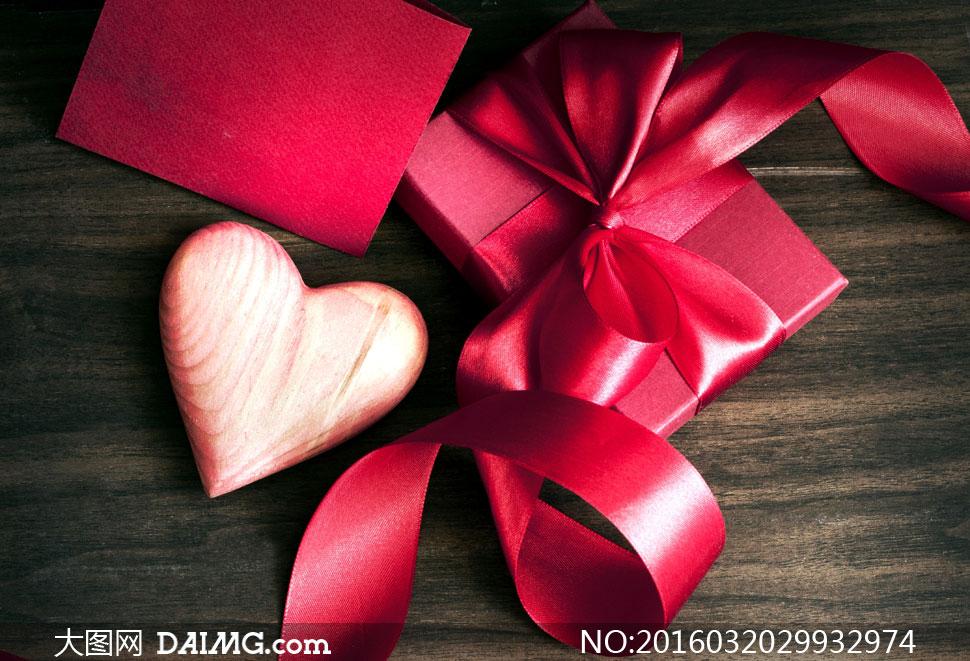 红色丝带卡片礼物盒礼品礼盒心形桃心木板木纹情人节