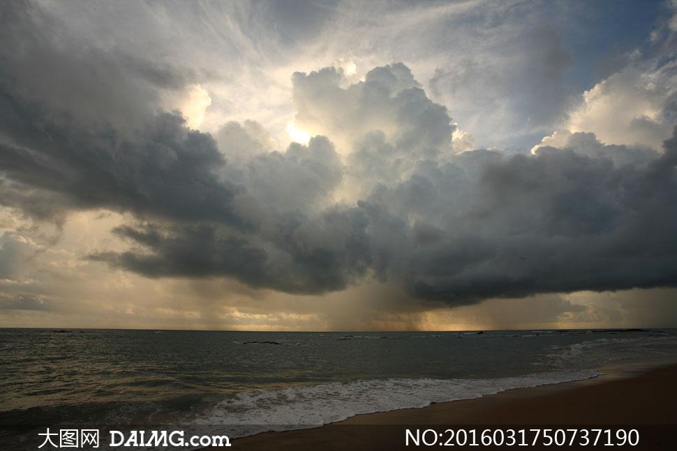厚厚乌云与浩瀚的大海摄影高清图片