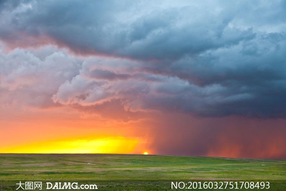 阳光云层与一大片草地摄影高清图片
