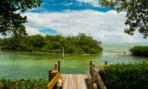 蓝天白云海中小岛风光摄影高清图片