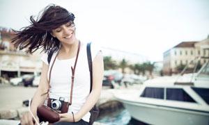 被风吹乱了秀发美女摄影师人物图片
