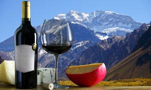 酒瓶高脚杯与巍峨雪山摄影高清图片