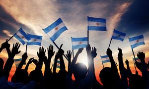 挥舞着旗帜的人群剪影摄影高清图片