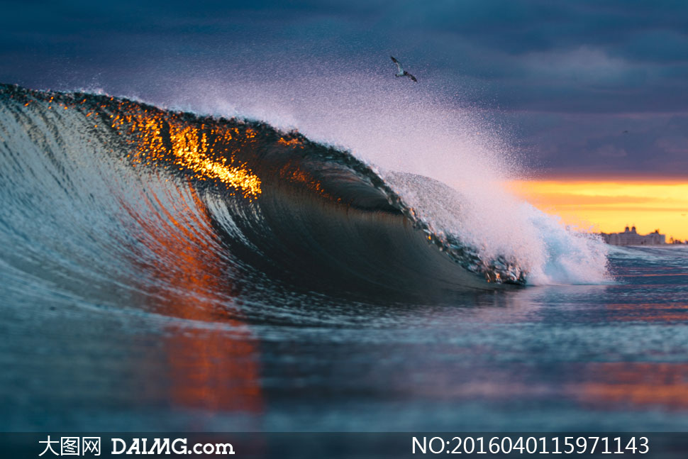 高清图片 自然风景 > 素材信息          跳动着水花的海上波浪摄影高