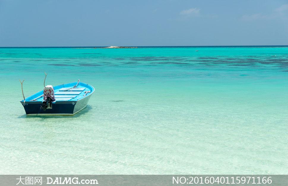 在水面上的小木船摄影高清图片