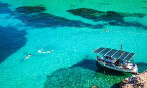 清澈见底水面上的小船摄影高清图片