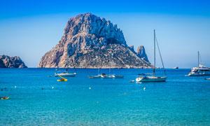 海岛与在水面上的船只摄影高清图片