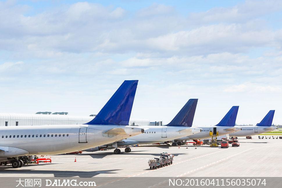 在机场停机坪上的飞机摄影高清图片