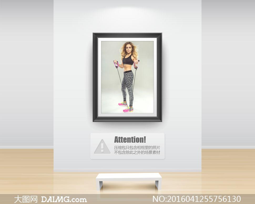 在用拉力绳锻炼的运动美女高清图片