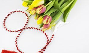 红白绳子与郁金香花束摄影高清图片