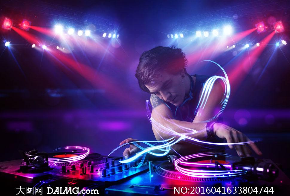 夜场美女dj打碟图片_炫丽光效之下的DJ人物创意高清图片 - 大图网素材daimg.com