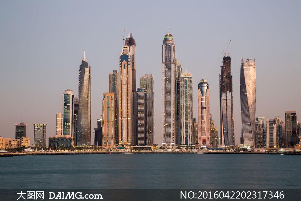 迪拜海边的城市建筑物摄影高清