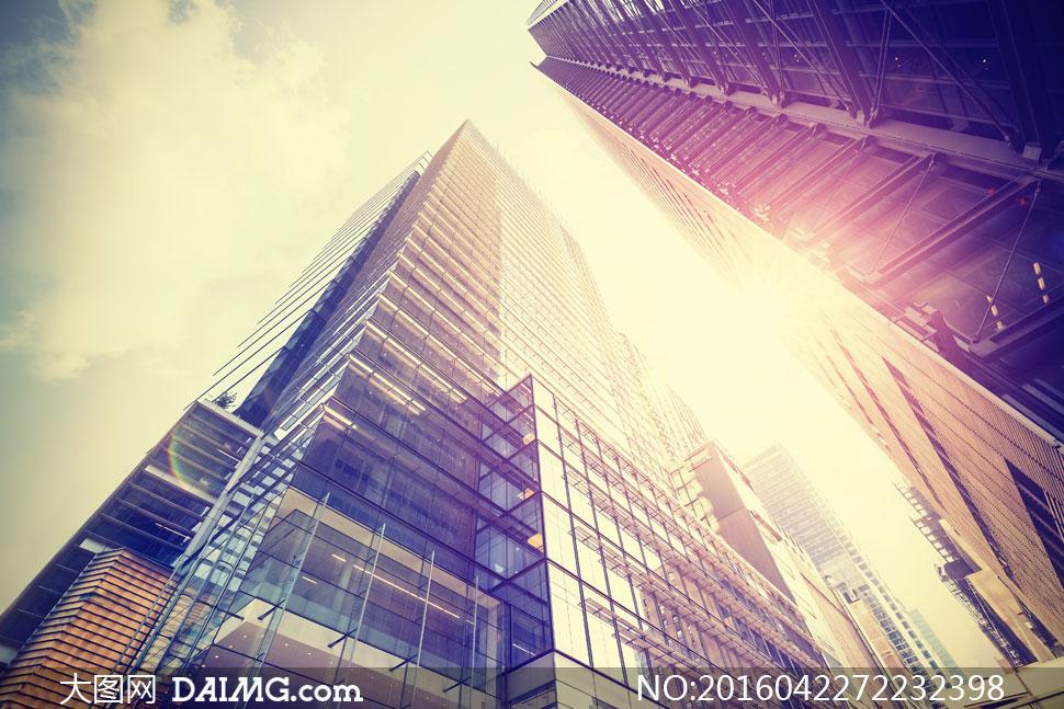 仰视角度拍摄的城市建筑物高清图片